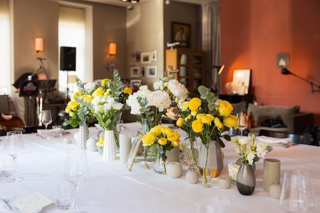 Mesa posta com rosas amarelas para uma festa festiva