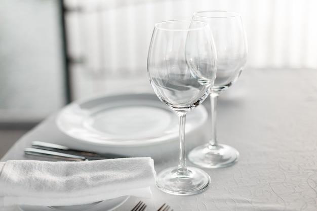 Mesa posta no restaurante com luz de fundo para um jantar romântico de casamento ou celebração