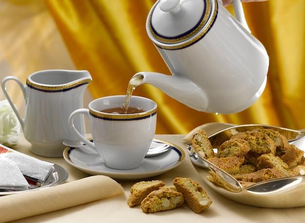 Mesa posta para a hora do chá