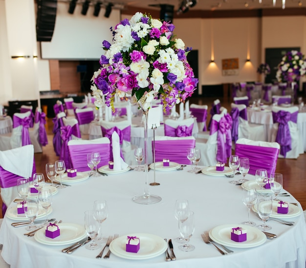 Mesa posta para casamento ou outro jantar de evento servido.