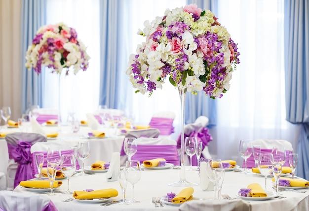 Mesa posta para casamento ou outro jantar de evento.