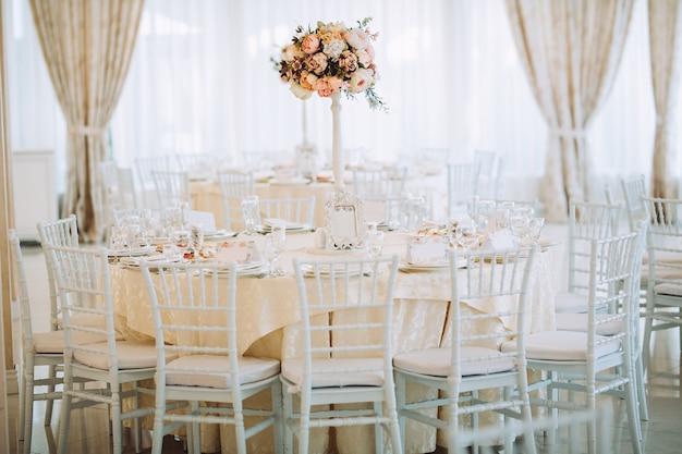 Mesa posta para o casamento.