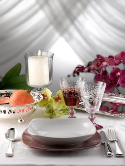 Mesa posta para um jantar romântico