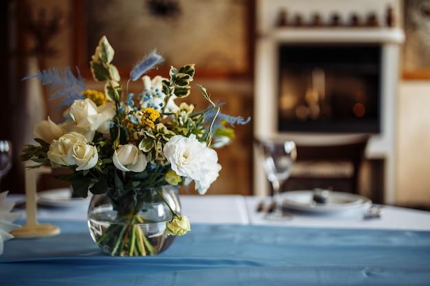 Mesa posta para uma festa de evento ou recepção de casamento. buquê de flores na mesa de casamento decorada.