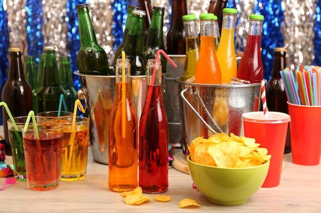 Mesa preparada com bebida para festa