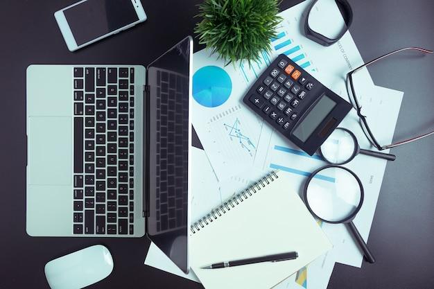 Mesa preta com gráfico de computador