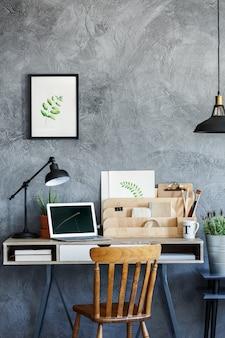Mesa retrô de ilustrador com laptop e decoração vintage