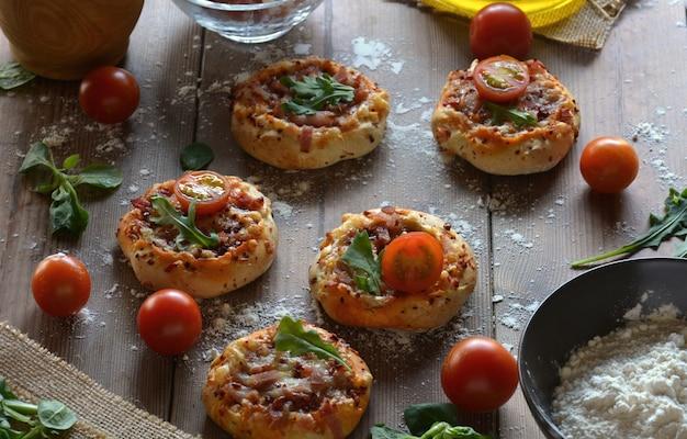 Mesa rústica com mini pizzas de bacon