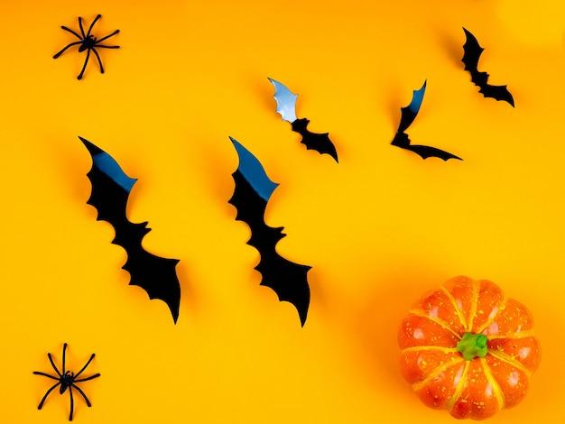 Mesa rústica vazia na frente de fundo de teia de aranha, fundo laranja com morcegos e teias de aranha, dia das bruxas