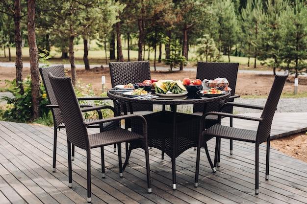 Mesa servida com deliciosas frutas e legumes.