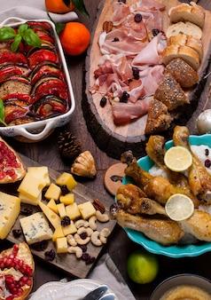 Mesa servida com diferentes comidas e lanches.