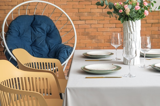 Mesa servida em salão moderno e estiloso