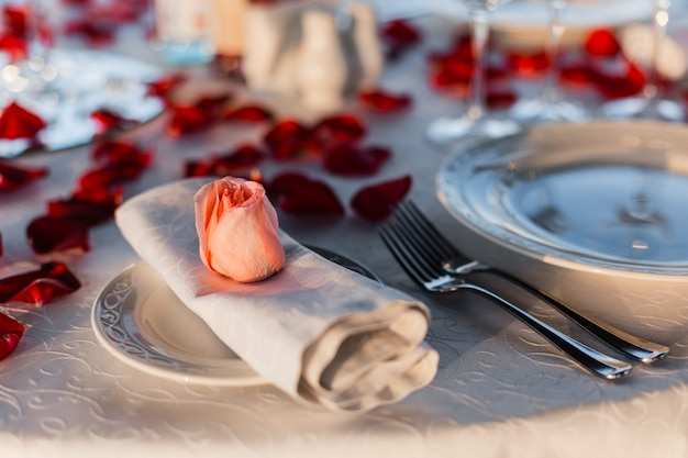 Mesa servida festiva para um jantar romântico para um casal no terraço à beira-mar