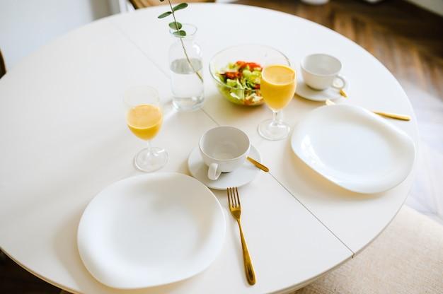 Mesa servida no café da manhã na sala de estar, close-up vista