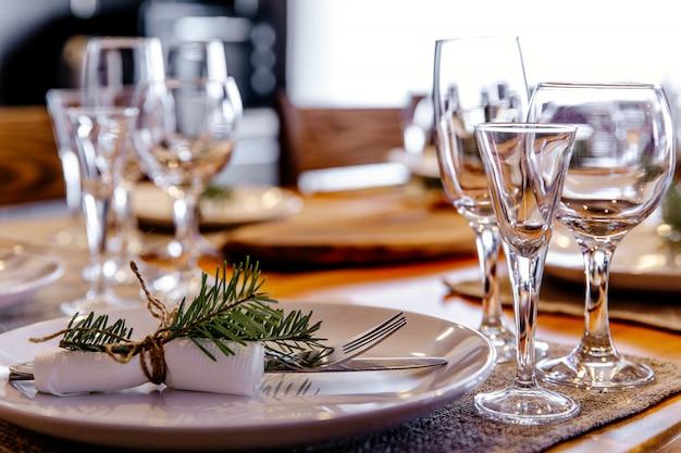 Mesa servida no jantar de natal, ano novo 2019