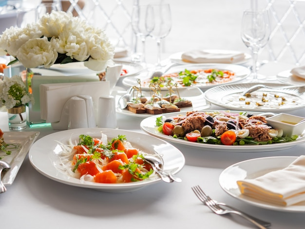 Mesa servida para banquetes. prato com peixe salmão