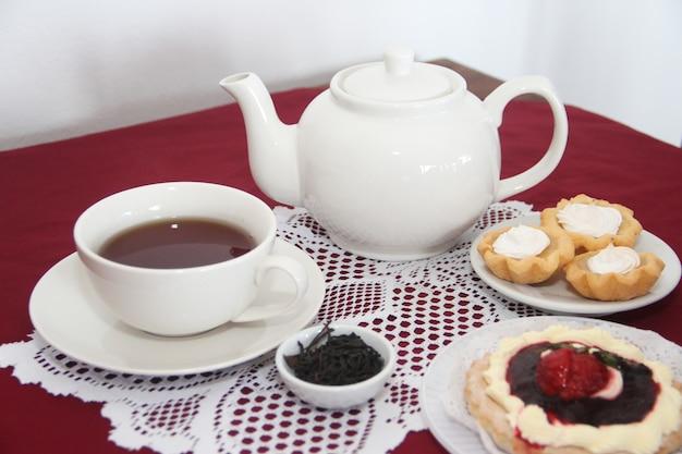 Mesa servida para chá com bolos