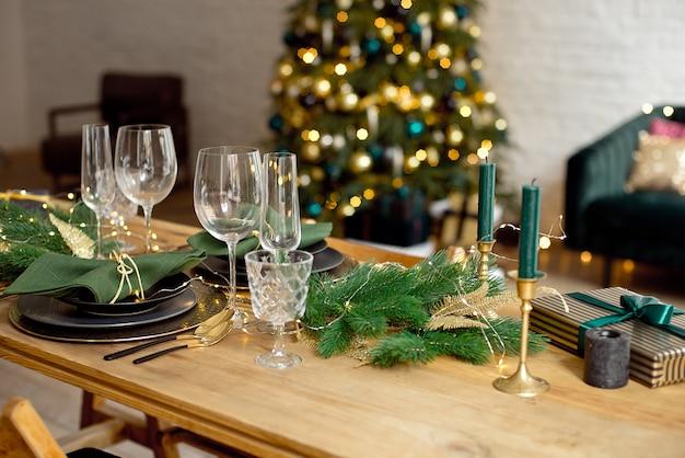 Mesa servida para o jantar de natal na sala de estar, close-up vista, configuração de mesa, decoração de natal