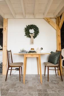 Mesa simples festiva e cadeiras na sala de estar