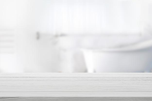 Mesa superior de madeira vazia com fundo desfocado do banheiro.