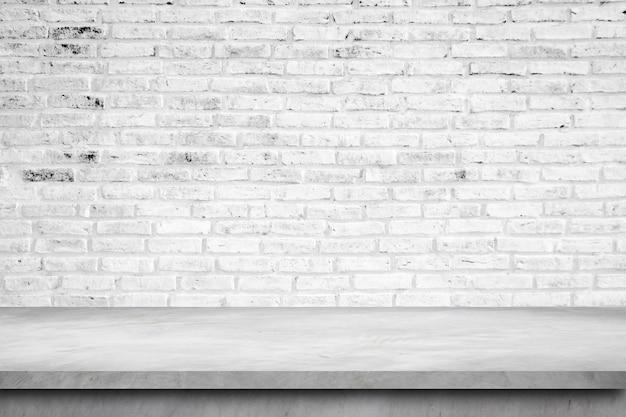 Mesa vazia de concreto sobre o fundo da parede de tijolo, montagem de exposição do produto.