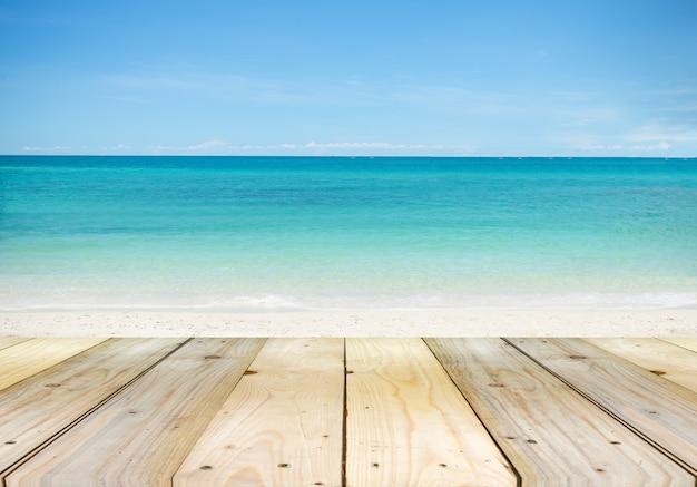Mesa vazia de tábua de madeira na frente com turva linda ampla vista do mar Foto Premium