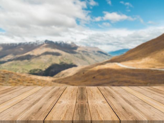 Mesa vazia de tábua de madeira na frente do fundo desfocado