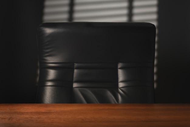 Mesa vazia e poltrona de couro