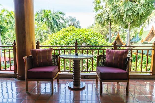 Mesa vazia mesa e cadeira na varanda