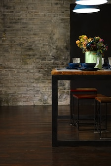 Mesa vazia servida para o jantar