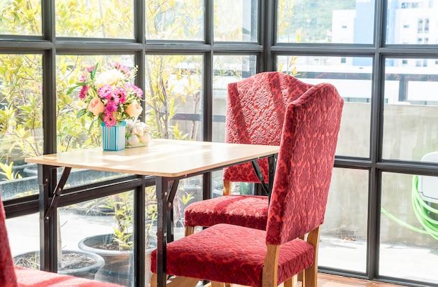 Mesa vintage vazia e cadeira