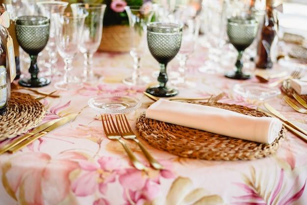 Mesas ao ar livre para uma recepção de casamento elegantemente decorados
