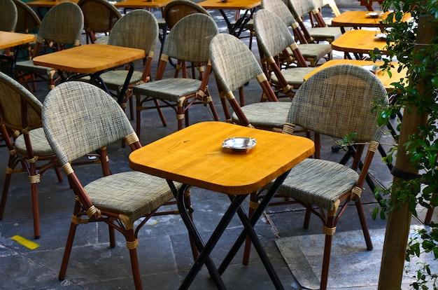 Mesas com cadeiras de bar ao ar livre