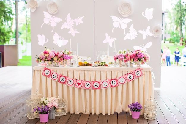 Mesas de banquete brancas de casamento preparadas para celebração