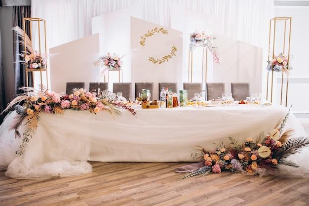 Mesas de casamento decoradas e interior do salão