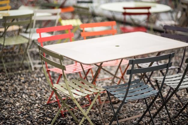 Mesas de centro e cadeiras à beira-mar