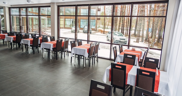 Mesas de jantar e cadeiras no restaurante. interior claro