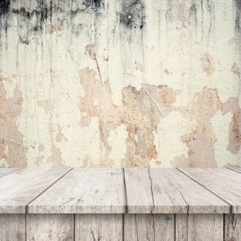 Mesas de madeira branca com uma parede muito danificado