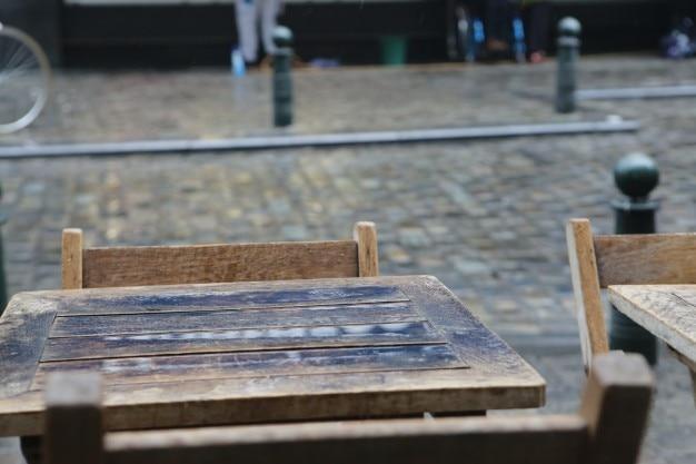 Mesas de madeira fora