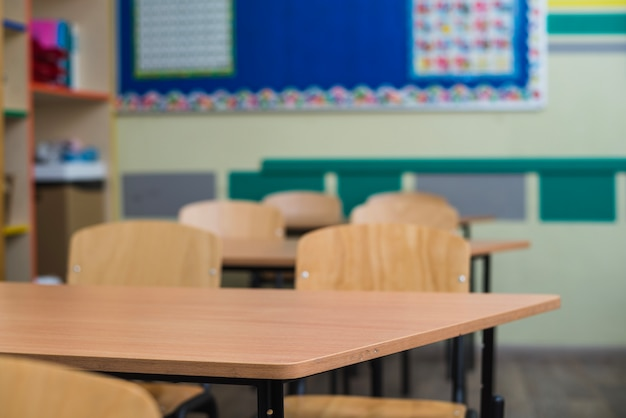 Mesas de madeira na sala de aula