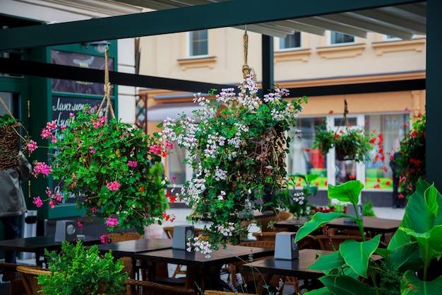 Mesas de terraço do velho cidade café em uzhhorod