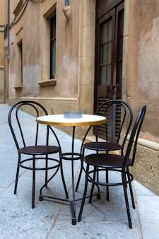 Mesas de um café na cidade velha na espanha