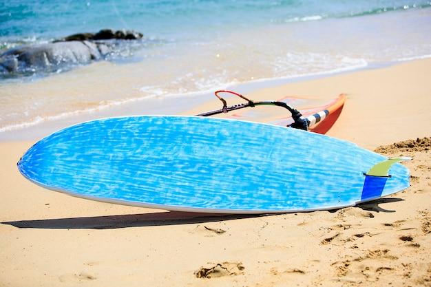 Mesas de windsurf em uma competição de windsurf