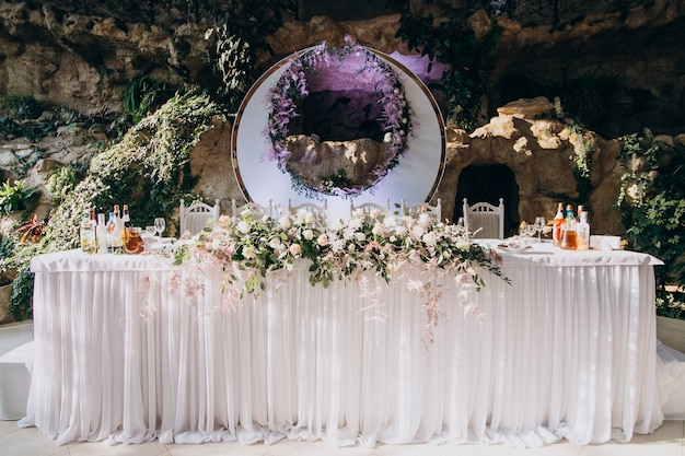 Mesas decoradas em um restaurante de casamento de luxo