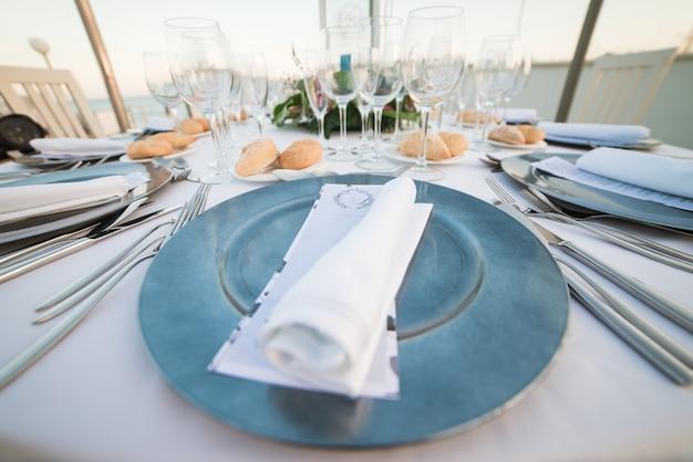 Mesas definidas para uma festa de evento ou recepção de casamento.
