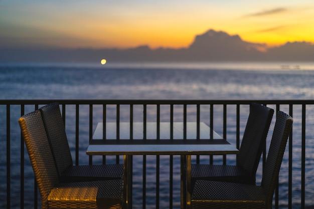 Mesas e cadeiras em restaurante perto do mar