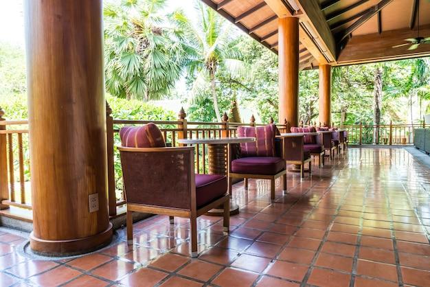 Mesas e cadeiras na varanda