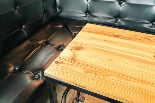 Mesas e cadeiras no restaurante.