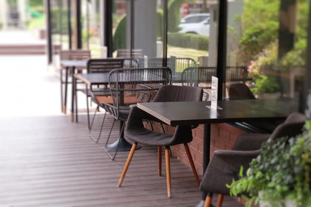 Mesas e cadeiras no restaurante