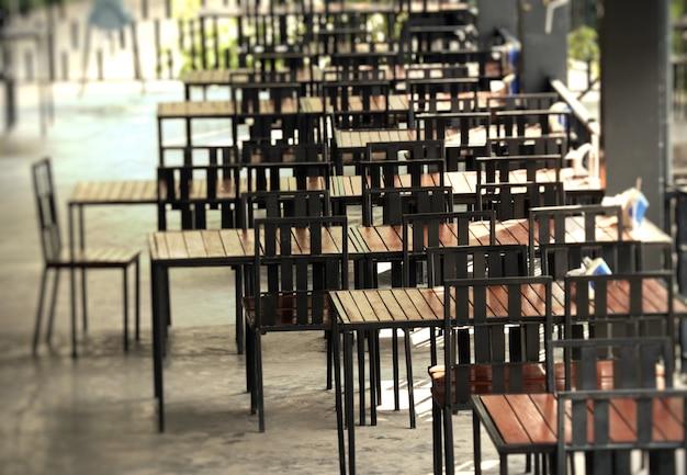 Mesas e cadeiras nos restaurantes